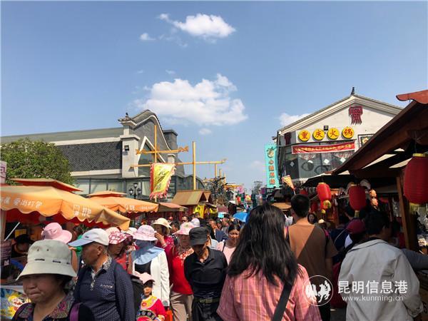 茶马花街美食众多,游人如织。